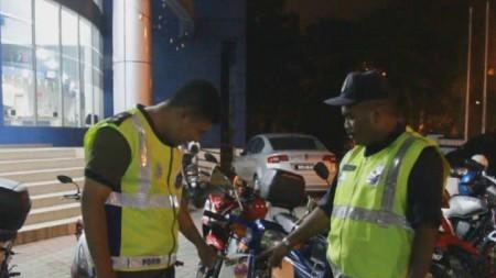 POLICE CRACKDOWN : OVER 190 MOTORCYCLES IMPOUNDED AT PANTAI LIDO