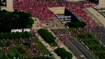 Blackhawks fans sprint into Grant Park for rally
