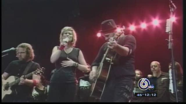 Sugarland Fans Seek Support, Healing At Indy Concert