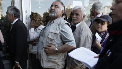 Raw: Crowds Rush Cyprus Bank Re-openings