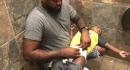 """La foto de un padre cambiándole el pañal a su hijo en un baño público se vuelve viral: """"Hay hombres que también cuidan a sus hijos"""""""