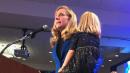 """La foto viral de la hija de la congresista recién elegida jugando a sus pies durante su discurso de victoria: """"Tan real. Tan humano ¡Tan maravilloso!"""""""