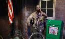 Una mujer apuñala a un amigo por accidente con un cuchillo real en una casa del terror, alentada por un empleado sospechoso