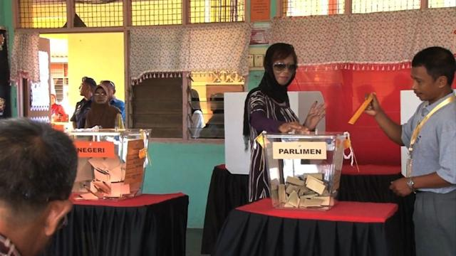 Malaysians vote with power at stake for first time