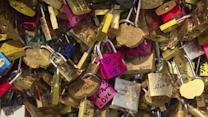 """""""Love locks"""" to be removed from Paris bridges"""