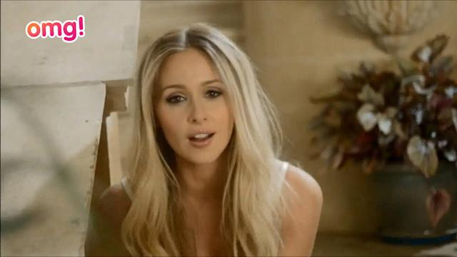 Diana Vickers forgets her trousers on stage?