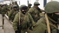 Raw: Russian Soldiers Move Toward Ukraine Base