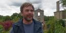 Guillaume de Tonquedec parle avec les poules dans une comédie rurale en tournage